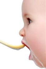 Bebê bonito comer