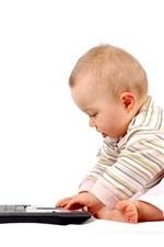 Bebê bonito que joga laptop