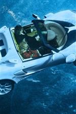 Blanco fregadero coche deportivo en el mar
