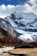 Caminho para as montanhas cobertas de neve