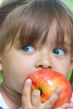 Cute menina comer maçã