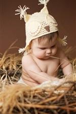 Bebê bonito sentado no ninho