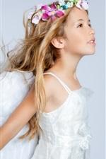 Menina de cabelos compridos, grinalda, vestido branco, como um anjo