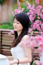 iPhone обои Азиатская девушка, играть на фортепиано, садовых цветов