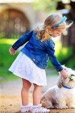Menina bonito com cão