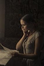 iPhone обои Девушка читать письмо в номере