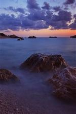 iPhone fondos de pantalla Mar, por la noche, olas, playa, piedras, nubes, horizonte, puesta del sol