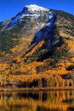 Céu azul, lago, montanhas, árvores, outono
