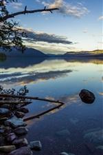 Noite de verão, colinas, lago, rochas, árvores, reflexão da água