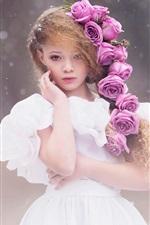 A menina bonito, penteado, vestido branco, flores cor de rosa