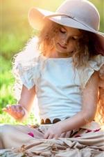Bela menina bonito, criança, chapéu, grama, sol