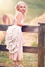 A criança bonito, menina, vestido de branco, cerca
