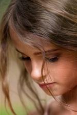 A menina bonito, perdido em pensamentos, criança