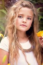 Menina bonito, retrato, flores amarelas