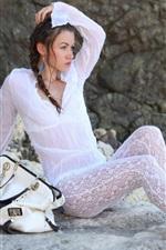 iPhone обои Белые платья девушка, сумка, камни