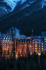 미리보기 iPhone 배경 화면 앨버타, 밴프 국립 공원, 캐나다, 산, 호텔, 나무, 저녁, 조명