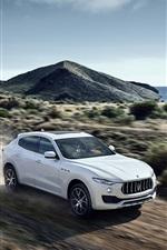 carro branco Maserati Levante em alta velocidade