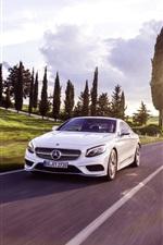 carro branco-Mercedes Benz S-Class Coupe na estrada