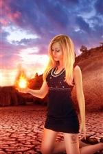 imagem criativa, menina loura, fogo em sua palma da mão, grama, crepúsculo