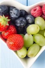 Vorschau des iPhone Hintergrundbilder Obst, herzförmige  Schale, Erdbeeren, Heidelbeeren, Trauben, Himbeeren