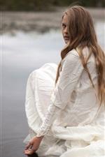 iPhone обои Белая девушка платье сидеть на берегу, оглядываясь назад