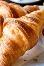 O pequeno-almoço, croissants, pão, compotas