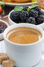 Café e bagas, framboesas, morangos, mirtilos, amoras