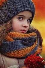 Adorável menina no outono, lenço, chapéu