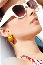 Девочка отдых в солнечном свете, солнцезащитные очки