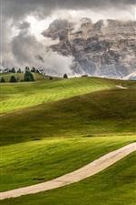 iPhone fondos de pantalla Italia, Trentino, Alto Adigio, campos verdes, montañas, carretera, árboles, casa, nubes