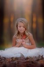 iPhone fondos de pantalla Niña rubia, sentarse en el suelo, falda blanca, hoja, otoño