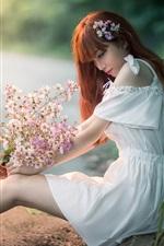iPhone обои Белая юбка Азиатская девушка сидит на обочине, смотрит на цветы