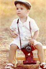 Câmera de uso bonito do rapaz pequeno