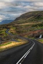 Estrada, rio, capim, montanhas, nuvens