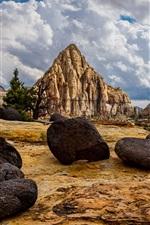 Pedras, montanhas de pirâmide, nuvens