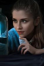 iPhone обои Девушка смотрит на бутылку, модель лодки, луна