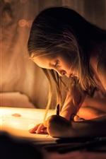 Menina linda, desenhando no papel, noite, luzes