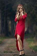 Menina de saia vermelha, coroa de flores, árvores, caminho