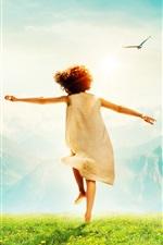 Criança feliz, vista de trás, grama, montanhas, pássaros, brilho