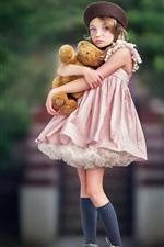 Cute criança garota abraçando ursinho