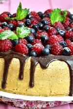 Delicioso bolo, mirtilos, framboesas, hortelã
