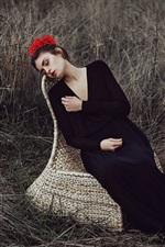 Garota da tristeza, vestido preto, flores, grama