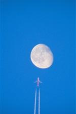 Vôo de avião para a lua, céu azul