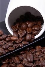 Grãos de café e xícara branca
