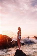 iPhone fondos de pantalla Niña, mar, piedras, olas, puesta de sol