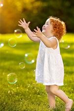 iPhone fondos de pantalla Niño feliz, niña jugar burbujas, el verano, la hierba