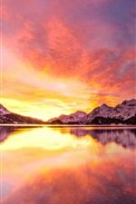 Lago, montanhas nevadas, pôr-do-sol