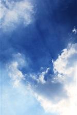 Céu azul, nuvens, raios solares