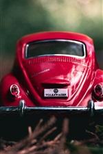 Vista traseira do carro de brinquedo vermelho