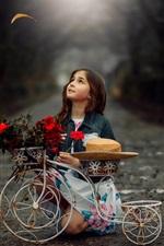 Criança garota, brinquedo bicicleta, flores, chapéu